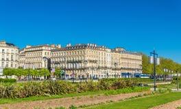 Здания и сад на Quai Луис XVIII в историческом центре Бордо, Франции стоковые фото