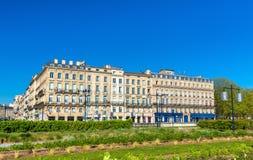 Здания и сад на Quai Луис XVIII в историческом центре Бордо, Франции стоковое изображение
