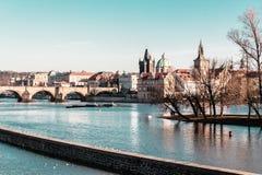 Здания и улицы около реки Влтавы в Праге, чехе Republi стоковые изображения rf