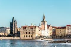 Здания и улицы около реки Влтавы в Праге, чехе Republi стоковая фотография rf