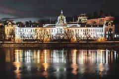 Здания и улицы Праги на ноче, чехии стоковая фотография