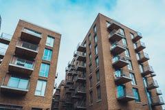 Здания кондоминиума кирпича с балконами Стоковые Изображения