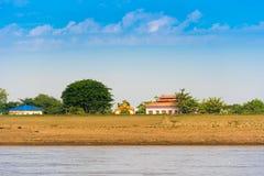 Здания на банках реки Irrawaddy, Мандалая, Мьянмы, Бирмы Скопируйте космос для текста стоковое изображение