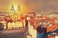 Здания на старой городской площади Staromestska Namesti во время захода солнца в Праге, чехии Стоковая Фотография RF