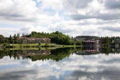 Здания отражая на озере Стоковое Изображение RF