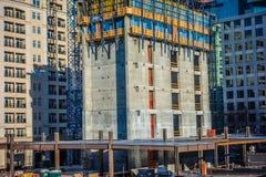 Здания под конструкцией в крупном городе Стоковые Изображения
