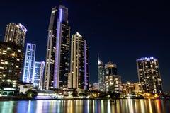 Здания подъема рая серферов высокие на ноче Стоковая Фотография RF