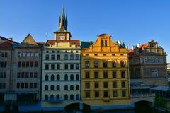 Здания приближают к Карлову мосту в Праге Стоковое Фото