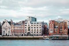 Здания приближают к мосту тысячелетия в Лондоне, Англии стоковые изображения rf