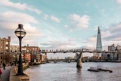 Здания приближают к мосту тысячелетия в Лондоне, Англии стоковые фотографии rf