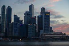 Здания района ` s Сингапура финансовые на заходе солнца Стоковые Изображения RF