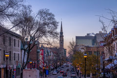 Здания улицы внутри к центру города на фиолетовом заходе солнца - Монреале, Квебеке, Канаде стоковая фотография rf