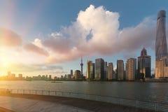 Здания Шанхая Пудуна в вечере греют на солнце горизонт стоковые фотографии rf