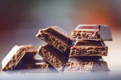 2 здания шоколада на темной предпосылке энергия и сахар Сломленный бар Стог блоков шоколада Стоковое Изображение RF