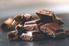 2 здания шоколада на темной предпосылке энергия и сахар Сломленный бар Стог блоков шоколада Стоковые Изображения RF