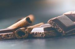 2 здания шоколада на темной предпосылке энергия и сахар Сломленный бар Стог блоков шоколада Стоковое фото RF