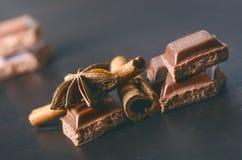 2 здания шоколада на темной предпосылке энергия и сахар Сломленный бар Стог блоков шоколада Стоковая Фотография