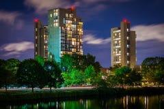 Здания Highrise вдоль Рекы Charles на ноче, в Cambridg Стоковые Изображения