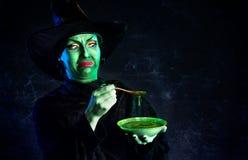 Злая зеленая ведьма на хеллоуине стоковое фото rf
