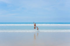 Здесь приходит волна Стоковые Фото