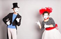 здесь текст ваш Красочный портрет студии пантомим с серой предпосылкой против бабочек пузыря птицы в апреле голубых календарный д Стоковые Изображения