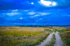 Злие небо и поле Стоковые Изображения