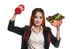 Здоровая азиатская бизнес-леди с гантелями и салатом Стоковые Изображения RF