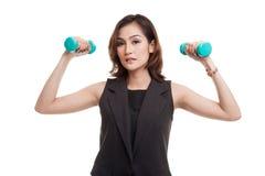 Здоровая азиатская бизнес-леди с гантелями Стоковые Фото