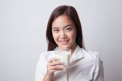 Здоровая азиатская женщина выпивая стекло молока Стоковая Фотография