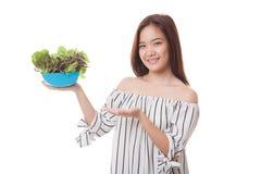Здоровая азиатская женщина с салатом стоковое изображение rf