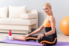 Здоровая дама делая йогу в квартире стоковая фотография rf