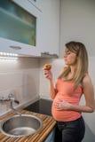 Здоровая беременная женщина есть яблоко богачей витамина беременная женщина Стоковые Фотографии RF