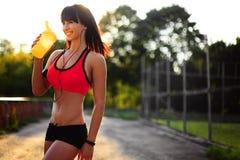 Здоровая девушка фитнеса с встряхиванием протеина Стоковое Фото