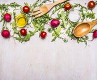Здоровая еда, варить и вегетарианский салат концепции с томатами вишни, редисками, ложкой специй деревянными и границей вилки, ме Стоковые Изображения RF