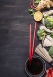 Здоровая еда, варя лапши гречихи концепции японские с имбирем, грибы устрицы, предпосылка соевого соуса деревянная деревенская к Стоковое Изображение