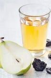 Здоровая еда вытрезвителя яблочного сока, груши и черносливов Стоковые Фотографии RF