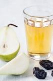Здоровая еда вытрезвителя яблочного сока, груши и черносливов Стоковые Фото