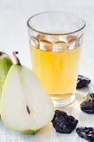 Здоровая еда вытрезвителя яблочного сока, груши и черносливов Стоковое Изображение RF