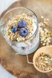 Здоровая еда: Домодельный свежий югурт с голубиками и muesli Стоковые Фотографии RF