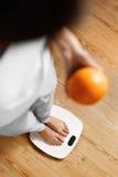 Здоровая еда еды Женщина на веся масштабе изолированная женщина веса торса измерения потери белая Диета стоковые изображения