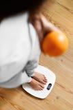 Здоровая еда еды Женщина на веся масштабе изолированная женщина веса торса измерения потери белая Диета стоковые фотографии rf