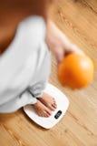 Здоровая еда еды Женщина на веся масштабе изолированная женщина веса торса измерения потери белая Диета стоковая фотография