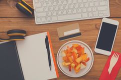 Здоровая еда - закуска плодоовощ на рабочем месте Стоковое Фото