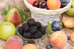 Здоровая еда, здоровая еда - ежевика и другие органические плодоовощи Стоковые Фотографии RF