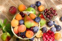 Здоровая еда, здоровая еда - свежие органические сезонные плодоовощи Стоковое Изображение