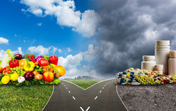 Здоровая еда или медицинские пилюльки Стоковое Изображение