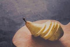 Здоровая еда, предпосылка плодоовощ, отрезала грушу Стоковое фото RF