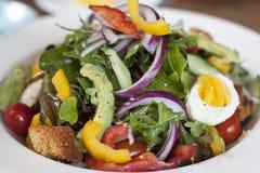 Здоровая еда - салат на плите стоковое фото
