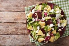 Здоровая еда: салат свекл, ананаса, козий сыра и зеленых цветов Стоковые Изображения RF