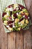 Здоровая еда: салат свекл, ананаса, козий сыра и зеленых цветов Стоковые Фото